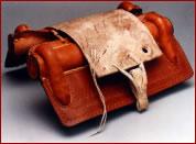 . Relleno de junco, con una encimera de cuero crudo y corriones